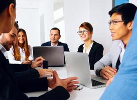 hommes d'affaires ayant une réunion photo
