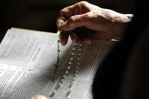 les mains des personnes âgées sur la vieille bible