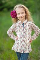 portrait de petite fille à l'extérieur en été