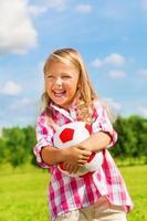 fille riante avec ballon