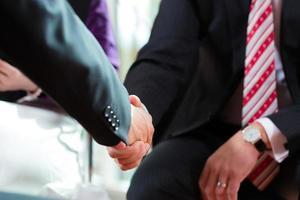 gens d'affaires faisant la poignée de main photo
