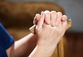 mains de vieille femme avec canne photo