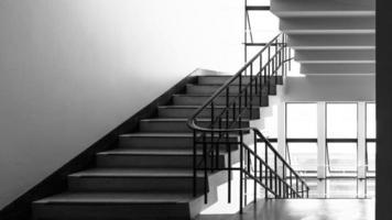 escalier en acier dans le bâtiment photo