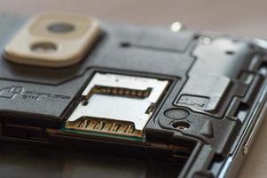 la carte SD vide et l'emplacement pour carte SIM sont visibles photo