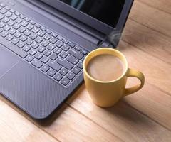 tasse de café avec l'ordinateur. photo