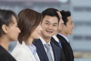 homme d'affaires asiatique heureux avec son équipe photo