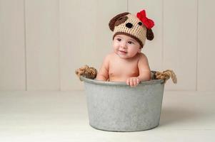 petite fille portant un chapeau de chien chiot au crochet photo