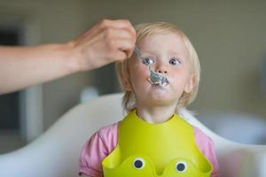 alimentation du bébé par la mère photo