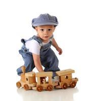jeune garçon habillé en chef de train photo