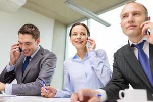 équipe commerciale avec smartphones en conversation photo