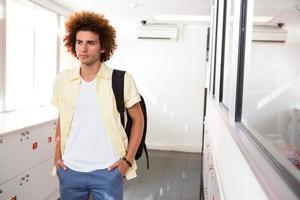 jeune homme décontracté dans le couloir du bureau photo