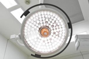 lampes chirurgicales en salle d'opération photo