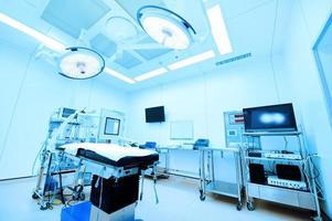 équipements et dispositifs médicaux dans une salle d'opération moderne photo