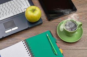 pomme verte sur le lieu de travail