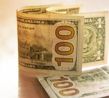 concept de finances avec billet de cent dollars photo