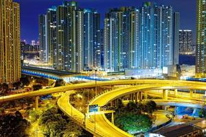 la circulation des trains routiers occupés nuit dans la finance urbaine photo