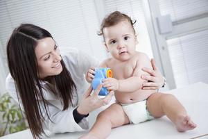 bébé et docteur photo