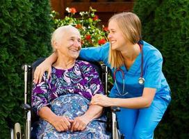 soins aux personnes âgées à domicile photo