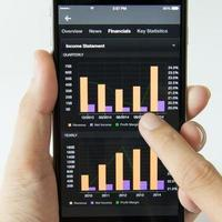téléphone mobile avec des revenus de placement d'actions photo
