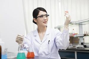 belles jeunes femmes scientifiques cultivent l'expérience de recherche scientifique photo