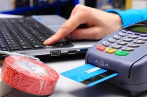 payer par carte de crédit dans un magasin d'électricité, concept de finance photo