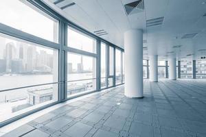 salle de bureau vide dans les immeubles de bureaux modernes photo