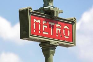 Signe de métro parisien vintage avec ciel nuageux photo