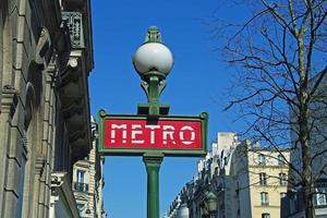 Signe du métro sur la rue Paris (gros plan) photo