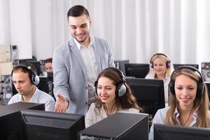 support technique travaillant dans le centre d'appels photo