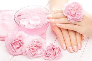manucure française avec des fleurs roses. spa photo