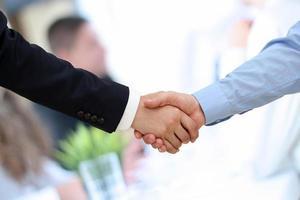 la ferme poignée de main entre deux collègues en fonction.