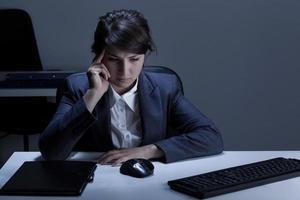 femme réfléchie, travailler des heures supplémentaires