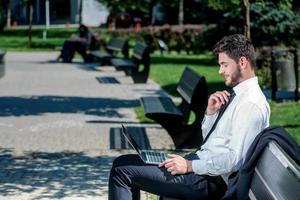 appel vidéo. homme d'affaires confiant avec une barbe assis sur photo