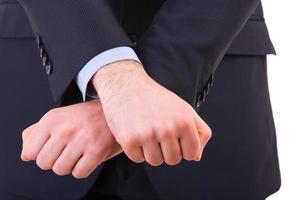 homme d'affaires montrant le geste de la prison avec ses mains.