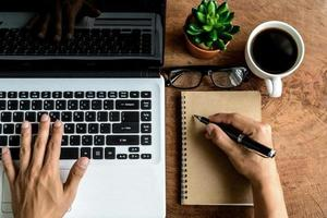 ordinateur portable et tasse de café sur la vieille table en bois