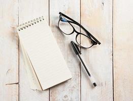 bloc-notes, verres et stylo à encre photo