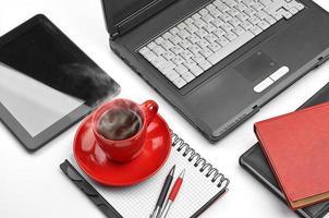 ordinateur portable et fournitures de bureau sur blanc