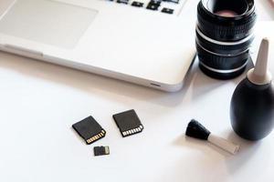 carte sd et ordinateur portable sur tableau blanc. photo