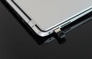 lecteur flash USB connecté à un ordinateur portable. photo