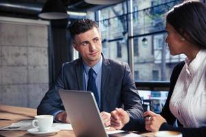 homme affaires, femme affaires, utilisation, ordinateur portable, café photo