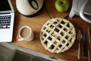 Tarte aux pommes et aux mûres sur la surface de travail de la cuisine
