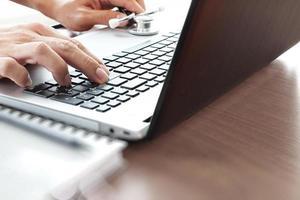 Médecin travaillant avec un ordinateur portable dans le bureau de l'espace de travail médical photo