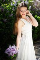 belle fille avec des fleurs lilas
