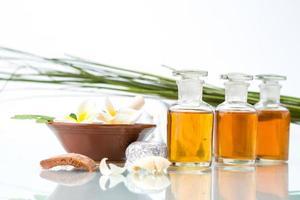 concept de spa avec des herbes et des huiles essentielles à la main photo