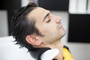 jeune homme, à, coiffeur photo