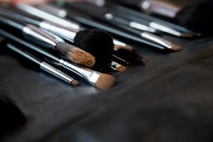 pinceaux pour maquillage sur fond de cuir photo