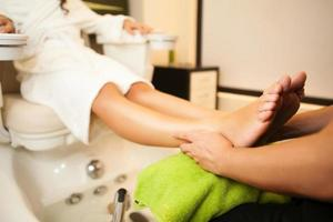 massage des pieds pendant le soin au spa. photo