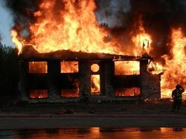 feu de maison avec pompier photo