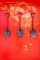 pelle à incendie sur mur rouge photo