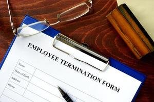 formulaire de licenciement des employés sur une table en bois. photo